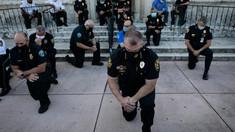 Imagini emoționante. Polițiști din SUA, în genunchi alături de protestatari, după moartea lui George Floyd