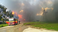 FOTO | Incendiu de proporții într-o localitate din Ocnița. Flăcările au cuprins o suprafață de circa 3.000 de metri pătrați ai unei instalații frigorifice