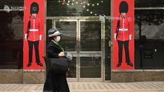 Guvernul britanic respinge recomandările medicilor privind purtarea obligatorie a măștii în magazine și alte spații