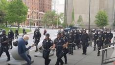 Incident controversat în SUA. Doi polițiști sub acuzare și 57 de agenți dintr-o echipă specială și-au dat demisia