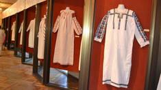 O expoziție de costume populare poate fi admirată la Muzeul de Etnografie și Istorie Naturală