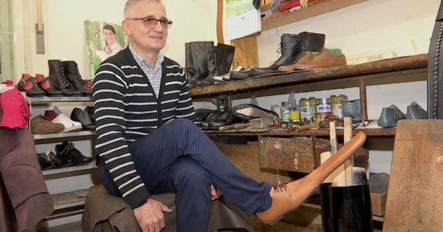 FOTO | Cizmar român, asigură distanțarea socială cu pantofi de mărimea 75. A primit deja comenzi de la clienți