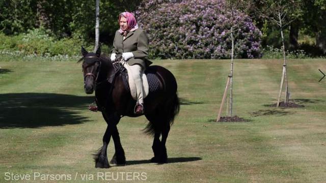Marea Britanie: Regina Elisabeta a II-a sărbătorește ieșirea din izolare printr-o plimbare cu calul