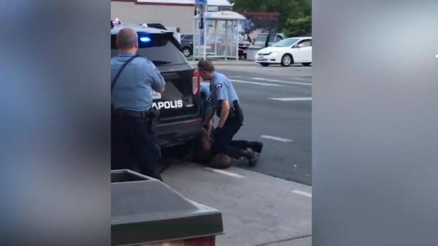 Poliția din Minneapolis a folosit de 428 de ori practica îngenuncherii pe gâtul celor reținuți. Două treimi erau afro-americani