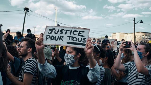 Gaze lacrimogene și baricade la protestele din Franța față de violențele poliției