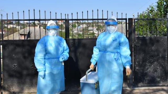 REPORTAJ FOTOGRAFIC | Cum au prelevat medicii, la domiciliu, probe de la persoanele suspectate cu COVID-19