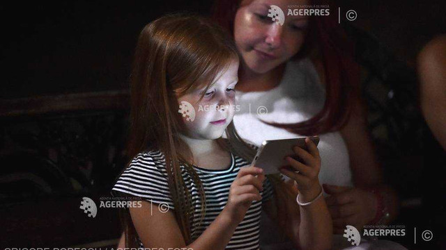 Opt din zece copii iau contact cu un smartphone în primii trei ani de viață