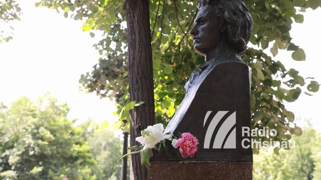 Ziua Limbii Române   Reprezentanții Platformei DA au depus astăzi flori la bustul lui Mihai Eminescu de pe Aleea Clasicilor