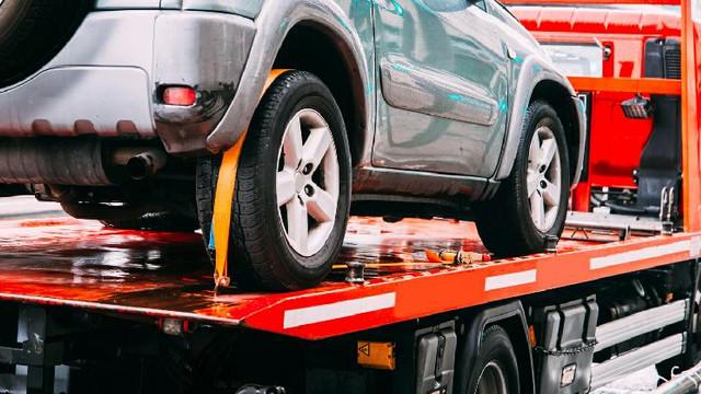 Mașinile parcate neregulamentar vor fi evacuate de companii private