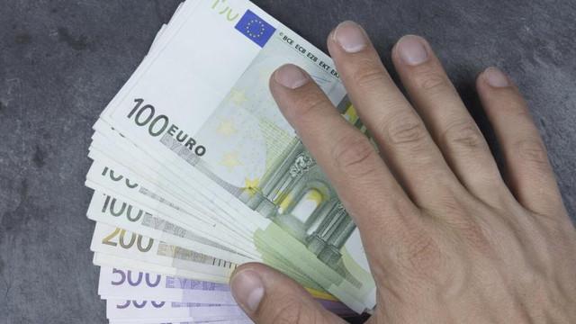 Avocat prins în flagrant în momentul când lua 2000 de euro pentru a scăpa de dosar penal un bărbat care a condus în stare de ebrietate