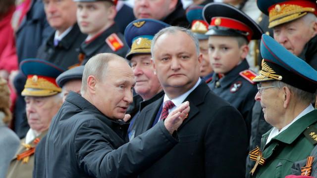 EXPERȚI: Dodon evoluează în rolul de cățeluș al lui Putin la parada de la Moscova, dar pune în pericol sănătatea militarilor