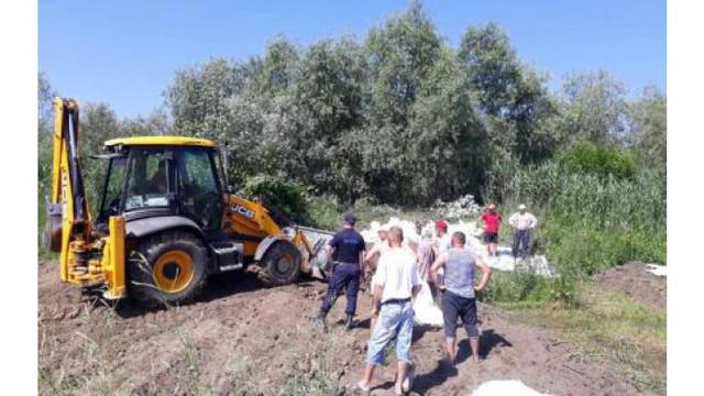 Salvatorii au consolidat mai multe diguri pentru a preveni inundațiile