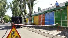 FOTO   Primăria Chișinău scoate 30 de gherete de pe trotuarul de la intrarea în Piața Centrală