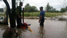 FOTO | Peste 160 de case de locuit, sub risc sporit de inundații. Salvatorii și sătenii au fortificat digul de protecție