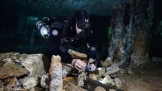 VIDEO | Mină veche de mii de ani, descoperită în adâncurile unei peșteri inundate. Ce comori extrăgeau oamenii preistorici