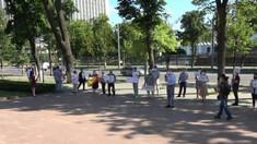 """Mișcarea Politică """"Unirea"""" a pichetat clădirea Parlamentului: """"Jos bandiții"""""""