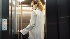 Femeie asimptomatică a infectat cu coronavirus 71 de persoane, după ce a folosit liftul clădirii în care locuia