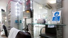 STUDIU | Exemplul unui salon de coafură, unde doi angajați aveau COVID-19, subliniază importanța purtării măștii