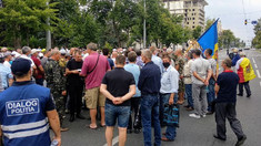 Cinci protestatari de la protestul veteranilor au fost escortați la sectorul de poliție