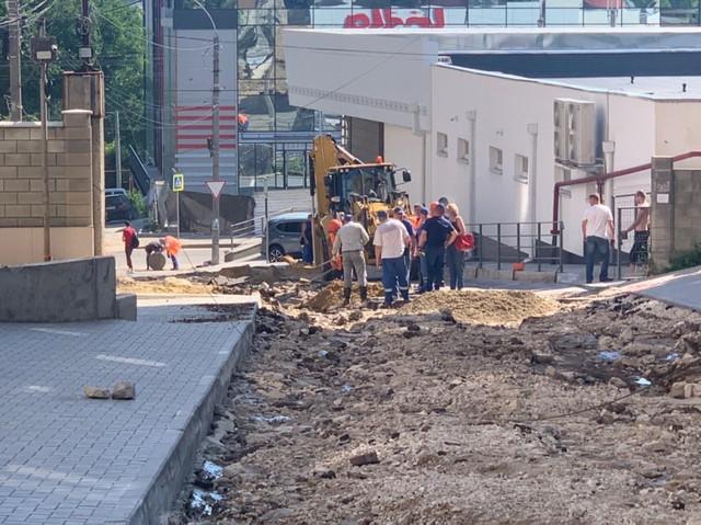 FOTO | În Chișinău continuă lucrările de lichidare a consecințelor provocate de ploaia torențială. Primarul: Gurile de captare nu fac față volumului mare de apă