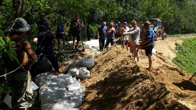 Salvatorii au înălțat barajele de protecție în calea apelor, la Ungheni. Situația este monitorizată în continuare