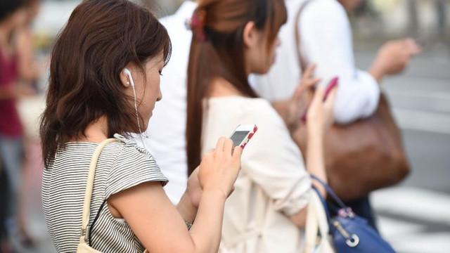 O localitate din Japonia a interzis utilizarea telefoanelor mobile în timpul mersului