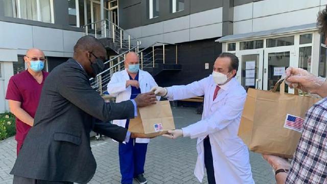 Ambasadorul SUA în R.Moldova a donat 80 de pachete cu mâncare lucrătorilor medicali