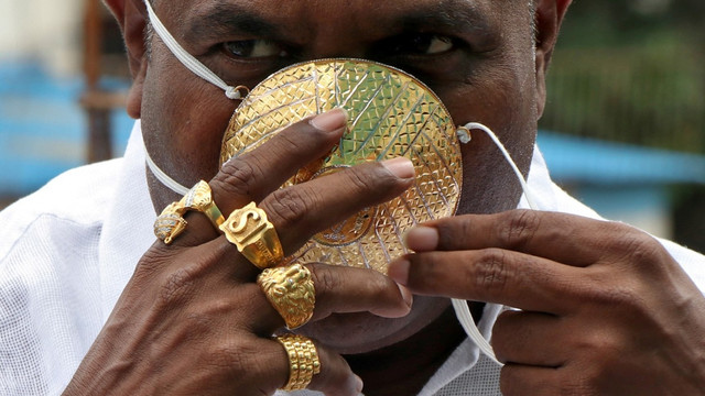 VIDEO | Un bărbat din India, cu mască de aur pentru a se proteja de COVID-19. Cât a costat
