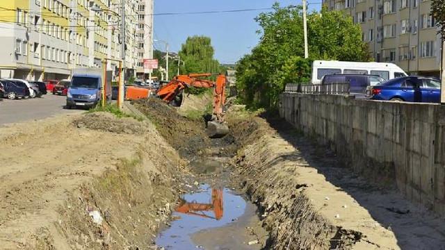 Albia râului Durlești este curățată pe o lungime de 550 de metri