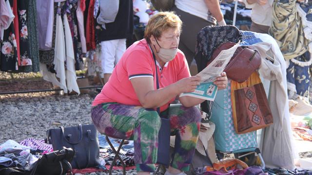 Oamenii de la Strășeni care își vând lucrurile în piața de vechituri, pentru a putea supraviețui, și prezidențiabilii Igor Dodon și Maia Sandu – în presa de la Chișinău (Revista presei)