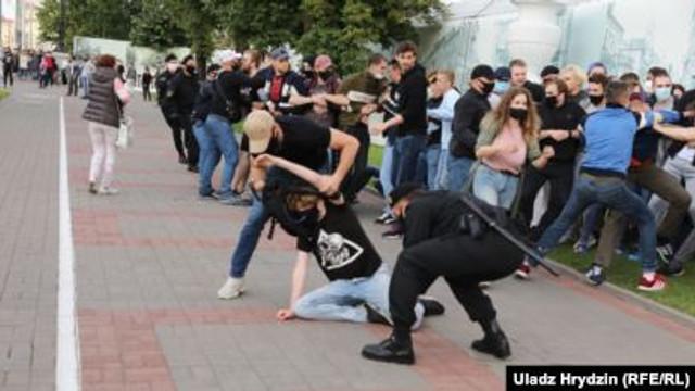 Forțele de securitate bieloruse au folosit grenade paralizante împotriva protestatarilor, la Minsk