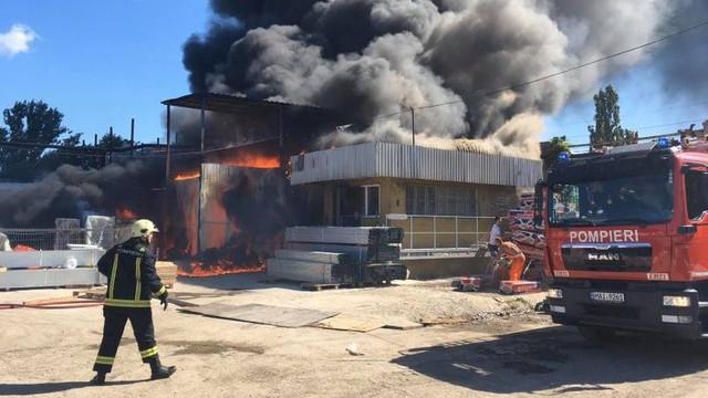 FOTO/VIDEO | Pompierii sting incendiul de la depozitul din Bălți