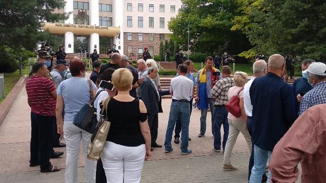 Protest în fața Parlamentului, unde este examinată moțiunea de cenzură