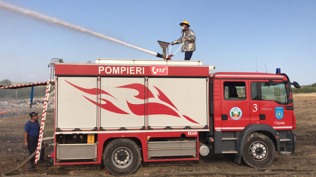 Pompierii luptă de două zile pentru a lichida incendiul de la gunoiștea de la Țânțăreni