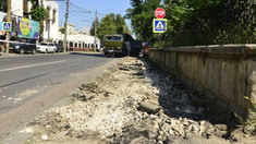 FOTO | Au început lucrările de reabilitare a trotuarelor din centrul istoric al Chișinăului