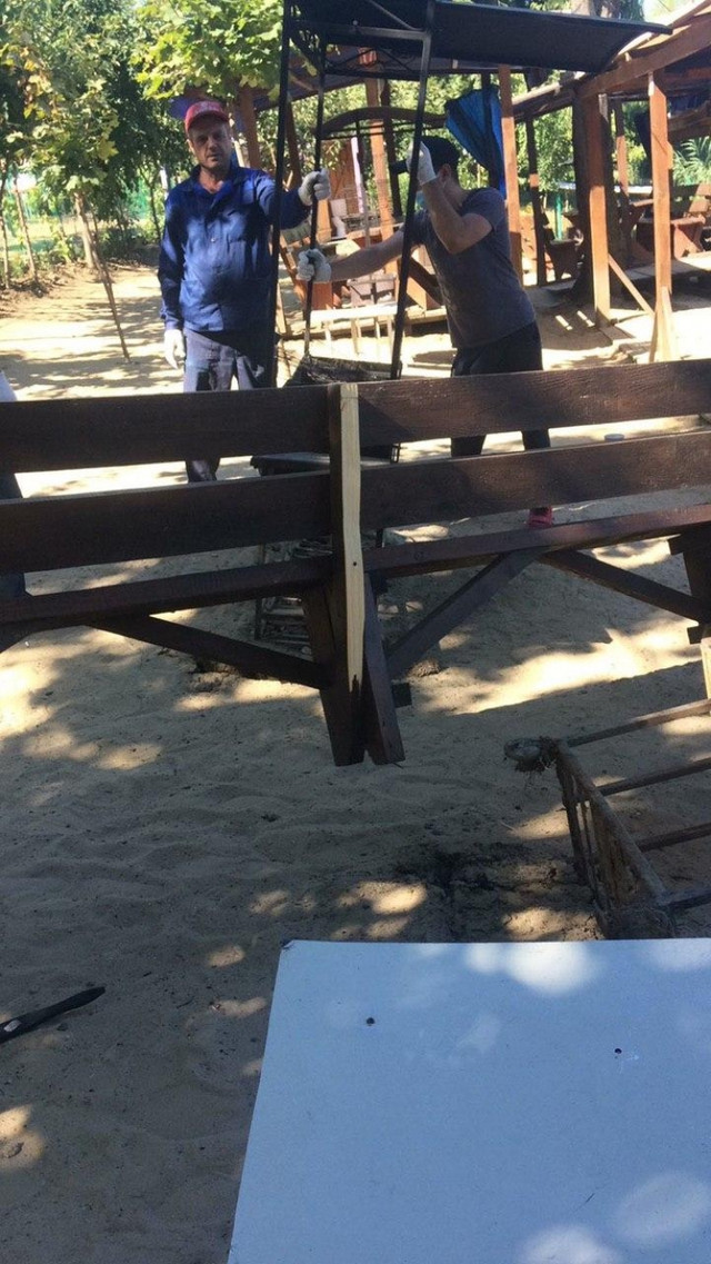 """FOTO   O terasă de vară este evacuată forțat din Parcul """"La Izvor"""""""