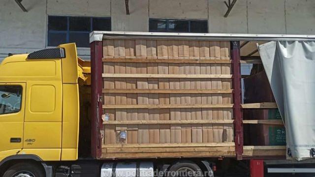 România | Cea mai mare captură de țigări de contrabandă a anului: un camion plin cu 162.000 de pachete