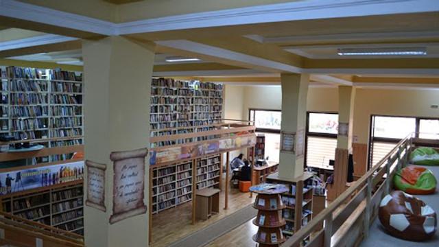 FOTO   În România o bibliotecă a achiziționat un aparat pentru sterilizarea cărților împrumutate. Cum funcționează acesta