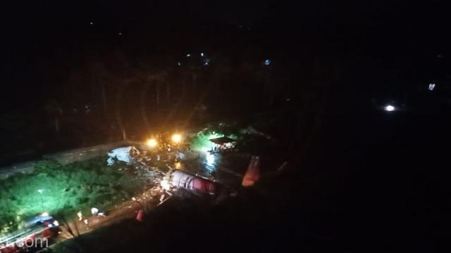VIDEO | Un avion al  Air India s-a rupt în două: cel puțin doi morți și 35 de răniți