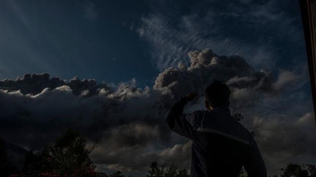 Erupție violentă în Indonezia. Cenușa aruncată de Sinabung la peste 5 km altitudine a adus noaptea în mijlocul zilei