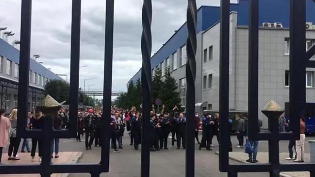Lucrurile se complică pentru Aleksandr Lukașenko. Mii de muncitori de la uzine de stat ies la proteste și cer repetarea alegerilor