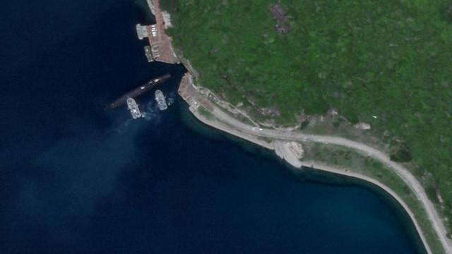 Imagini din satelit cu un submarin chinezesc care intră într-o bază militară subterană