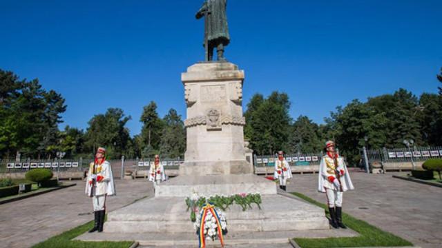 Cu ocazia Zilei Independenței R.Moldova, conducerea de vârf a depus flori, în această dimineață, la monumentul lui Ștefan cel Mare și Sfânt din Capitală