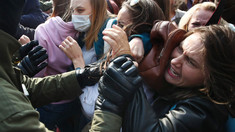 Curajul nebun al femeilor din Belarus: demaschează polițiștii pentru a fi identificați