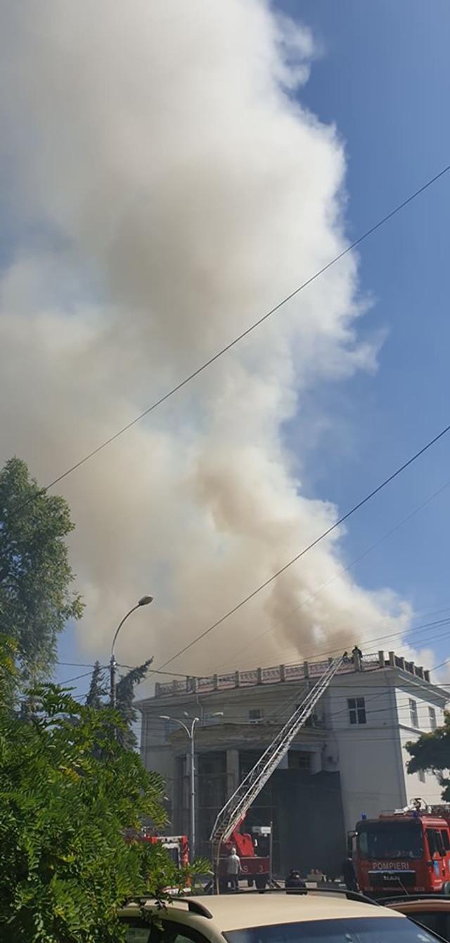 VIDEO/FOTO | UPDATE: După șapte ore de intervenție continuă, pompierii încă lucrează la stingerea incendiului de la Filarmonica Națională