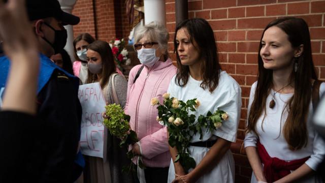 10.000 de femei au protestat în Belarus, cu flori și urși Panda de pluș, față de brutalitatea poliției