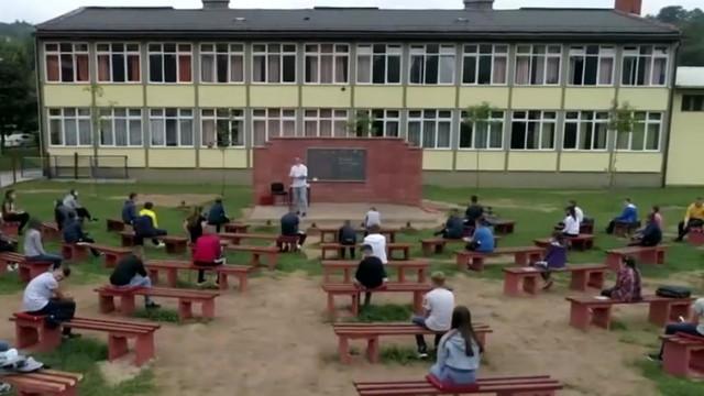 Soluție aplicată în Bosnia și Herțegovina: Școală în aer liber, cu elevi așezați în băncuțe aranjate în formă de amfiteatru