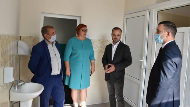 FOTO   Inaugurarea unui veceu într-o școală din raionul Rîșcani: Un deputat PSRM, președintele raionului și alți oficiali fără măști, alături de doi copii, taie panglica roșie (ZdG)