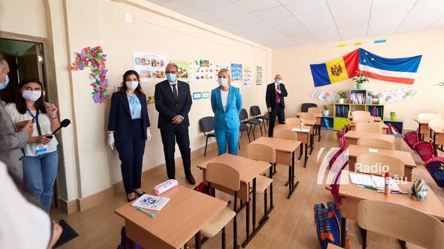 FOTO | Singura clasă cu predare în limba română din raionul Ceadîr-Lunga a primit o donație de manuale din partea României. Daniel Ioniță: Studiind limba română elevii vor avea în viitor mai multe perspective și oportunități