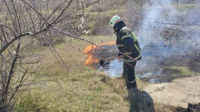 Zeci de hectare de teren, din mai multe localități, au fost cuprinse de flăcări. Au intervenit pompierii